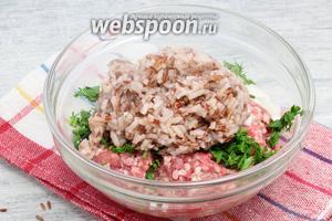 Добавляем порцию отваренного белого и красного риса.