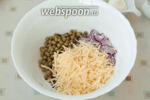 Добавить лук с сыром в салатник.