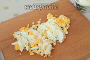 Когда яйца будут готовы, их очистить и нарезать соломкой, можно и кубиками, по своему желанию.