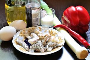 Для приготовления омлета с креветками необходимо запастись, собственно, самими тигровыми креветками (у меня свежемороженные), луком-пореем (можно использовать шалот), перцем чили и болгарским, молоком, яйцами, солью, соевым соусом и любым растительным маслом, но рафинированным. Креветки нужно предварительно разморозить и очистить (не забываем и про пищевод).