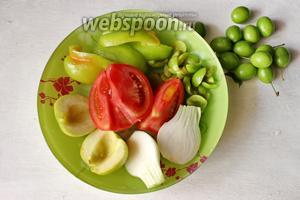 Овощи помоем и подготовим для измельчения, нарежем крупно. Алычу отделим от косточки.