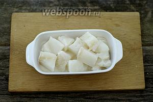 Разморозьте зубатку при комнатной температуре. Нарежьте филе небольшими кусочками.
