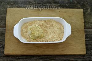 Фарш получается негустым. С помощью ложки, сформируйте небольшой колобок и обваляйте в панировочных сухарях.
