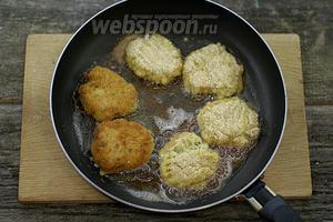 Раскалите масло в сковороде, уложите сформированные котлетки. Обжарьте на среднем огне до румяного цвета, с двух сторон.