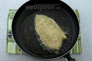 В сковороде разогрейте подсолнечное масло. Уложите стейк зубатки. Обжарьте на среднем огне до золотистой корочки, с двух сторон.