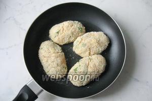 Обжариваем котлеты на сковороде в подсолнечном масле.