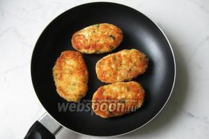 Куриные котлеты с рисом готовы. Сочные внутри и хрустящие снаружи. Подаём в обед или на ужин.