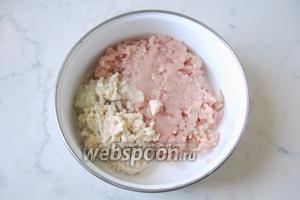 Белый батон или булочку замочить в холодной воде и отжать. Перемолоть также в мясорубке.