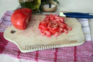 Свежий помидор хорошо промойте под прохладной водой, нарежьте маленькими кубиками.