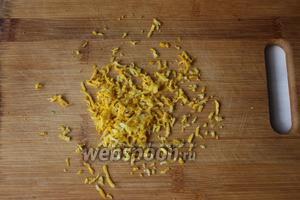 Пока варится варенье из шелковицы, с лимона снимем цедру.