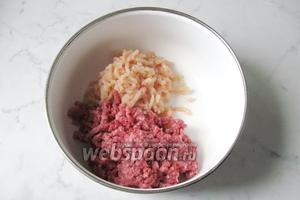 Приготовить фарш для зраз. Куриное филе помыть и пропустить через мясорубку. Добавить к говяжьему фаршу.