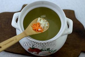В кипящий бульон добавьте мелко нарезанный оставшийся лук и морковь. Варите до готовности всех продуктов.