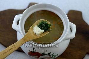 Когда все овощи сварились, добавьте рубленую зелень, кусочки зубатки, оливковое масло. Приправьте солью и молотым перцем. Доведите до кипения и выключайте.