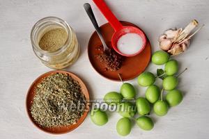 Для приготовления соуса нам потребуется алыча, чеснок, аджика, кориандр, соль, сахар, сухая аджика, укроп, мята, тархун.
