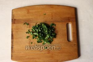 Подаём соус следующим образом: мелко режем зелень кинзы (подойдёт любая зелень).