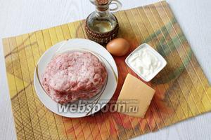 Для приготовления нам понадобится кипяток, перец чёрный молотый, мука пшеничная, яйцо, соль, масло растительное, масло сливочное, сметана и сыр.
