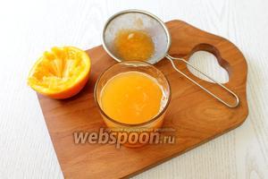 С апельсинов выжимаем сок и процеживаем его.