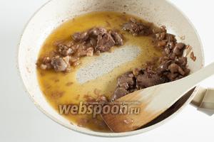 Должно получиться вот такое вот специфичное густое масло: при проведении лопаткой по дну сковородки остаётся чёткий след, который заполняется соусом довольно медленно. Сервировать сразу.