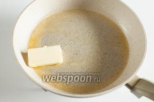 2/3 масла растапливаем в толстостенной сковороде на спокойном огне, не давая закипать.