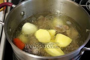 Опустить картофель, довести до кипения и убавить огонь.
