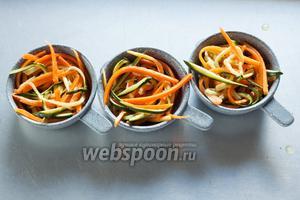 Пока креветки грилятся, формируем в разогретых сервировочных мисочках гнёзда из ставшего мягким салата.