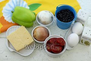 Возьмите такие продукты: фасоль чёрную, шампиньоны, перец сладкий, сыр твёрдый, лук репчатый, масло подсолнечное, яйца куриные, томаты в собственном соку, соль, перец чёрный молотый, паприку сладкую молотую.