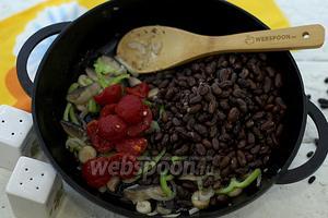 Удалите кожицу с томатов. В сковороду добавьте отварную фасоль и томаты. Приправьте специями. Перемешайте. Обжарьте 2-3 минуты и выключайте.