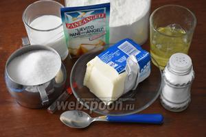 Для приготовления коржей нам понадобится мука, сахар, разрыхлитель, сливочное масло, белки куриные, молоко, миндальный экстракт, соль и лимонный сок.