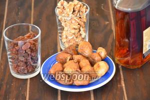 Для приготовления фруктовой начинки, нам понадобится изюм, инжир сушёный, орехи грецкие и коньяк.