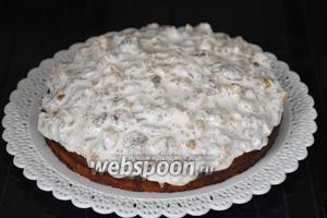 Сборка торта. На блюдо выложить первый корж, покрыть его 1/2 орехово-фруктовой начинки.