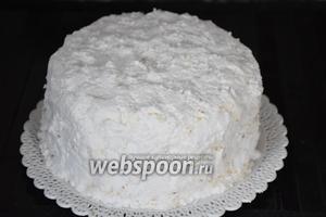 Покрыть торт сверху и с боков белковым кремом и  поставить в холодильник на 6 часов.