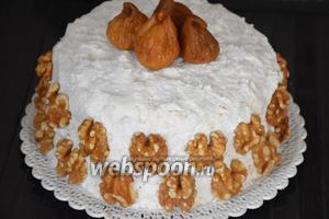 Перед подачей торт украсить инжиром и грецкими орехами. Приятного аппетита!:))