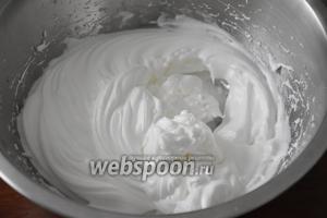 Белки с солью взбить в пену и, продолжая взбивать, постепенно ввести оставшийся сахар.