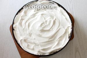 На испечённый пирог выкладываем меренгу.