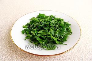 Зелень петрушки вымыть в проточной воде, обсушить и мелко нарезать.