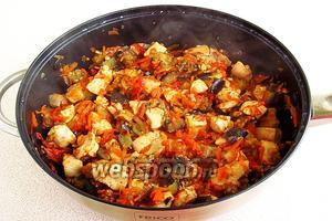 Блюдо поперчить, посолить по вкусу и продолжать тушить под крышкой до готовности. При необходимости добавить масло.
