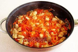 Всё вместе обжарить, после чего накрыть сковороду крышкой и прогреть до мягкости моркови.
