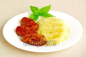 Подать с картофельным пюре.