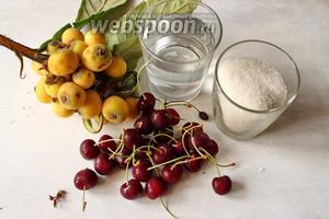 Для приготовления понадобится мушмула, вишня, сахар и вода.