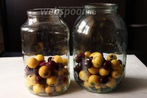 Раскладываем мушмулу и вишню по чистым банкам, не забывайте вишни должно быть меньше, чем мушмулы.