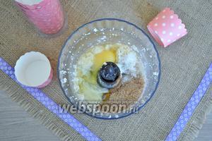 Добавить яйцо, фруктозу, отруби, соль, корицу, соду и творог.