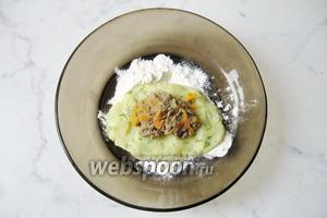 Из картофеля сформировать лепёшку, в середину которой выложить начинку из печени, моркови и лука.