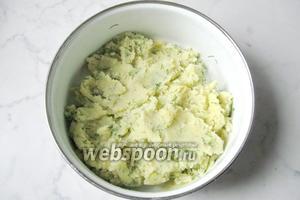 Перемешать картофель, соль, укроп и муку. Оболочка, в которую будем заворачивать печень, готова.