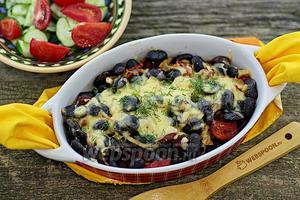 Чёрная фасоль с копчёными колбасками в духовке