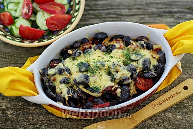 Фото Чёрная фасоль с копчёными колбасками в духовке
