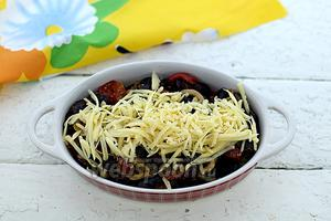 Посыпьте натёртым твёрдым сыром. Отправьте в горячую духовку (180-190°C) до расплавления сыра.