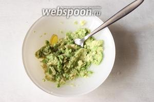 Мякоть авокадо необходимо размять вилкой, полив его немного соком лимона.