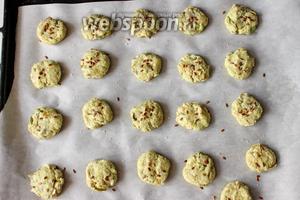 Формируем печенье. Я сделала небольшие кругляшки. Посыпала сверху крупной солью и забытыми семенами льна.