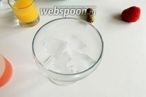 В стаканы кладём около 4-6 кубиков льда или дроблённого льда.