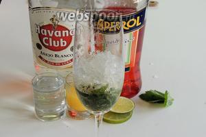 Заполним стакан с мятой и лаймом до половины дроблённым льдом.